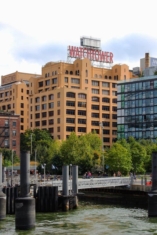 Иконическое здание сторожевой башни как увидено от пристани 1, Dumbo, в Бруклине стоковые изображения rf
