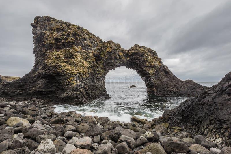 Иконическое Gatklettur - утес свода в Arnarstapi западной Исландии стоковое изображение rf