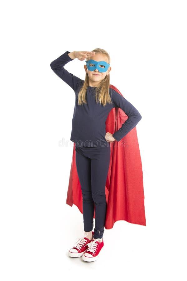 7 или 8 старого молодого женского лет ребенка школьницы в выполнять костюма супергероя счастливый и excited изолированного на бел стоковая фотография rf