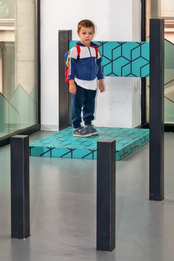 иллюзион Мальчик на большом стуле стоковые изображения rf