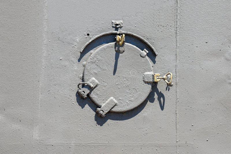 Иллюминатор старого военного корабля закрыт со стальной крышкой стоковая фотография rf