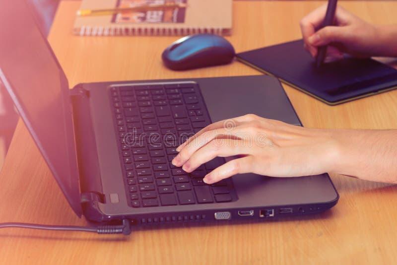 Иллюстратор используя планшет графиков Руки retoucher женщины используя ноутбук и рисуя планшет стоковые изображения