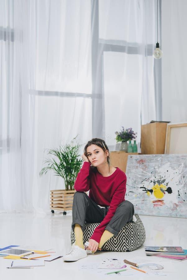 Иллюстратор молодой женщины сидя на поле  стоковые фотографии rf