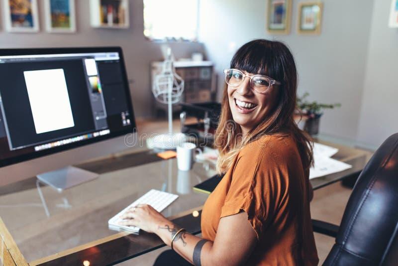 Иллюстратор работая на компьютере на офисе стоковая фотография rf