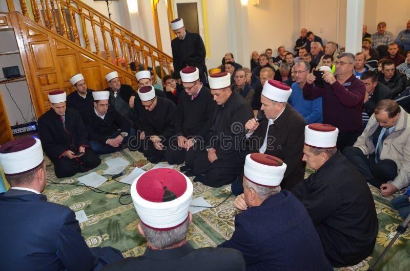 Имамы моля в мечети стоковые изображения rf