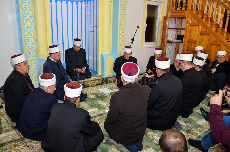 Имамы моля в мечети стоковые изображения