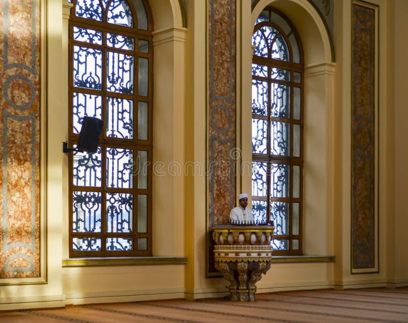 Имам мечети султана Bezm-i Alem Valide проповедуя в амвоне стоковая фотография rf