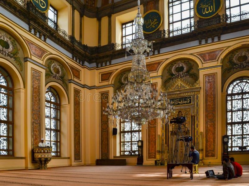 Имам мечети Dolmabahce проповедуя в амвоне Видео телевидения стоковые фотографии rf