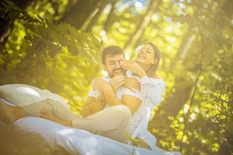 Имейте потеху в природе на утре соедините влюбленность стоковое изображение