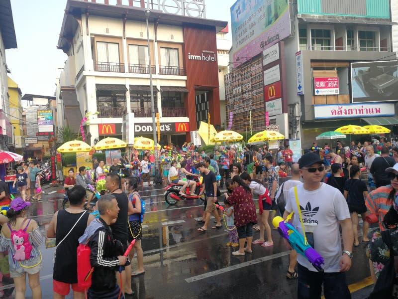 Имейте потеху на фестивале воды в Чиангмае стоковые изображения rf