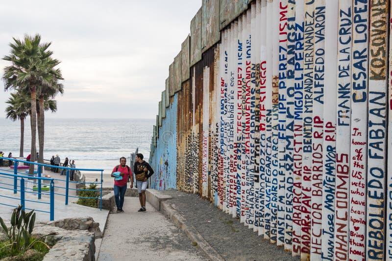 Имена покрашенные на стене международной границы в Тихуана, Мексике стоковые изображения rf