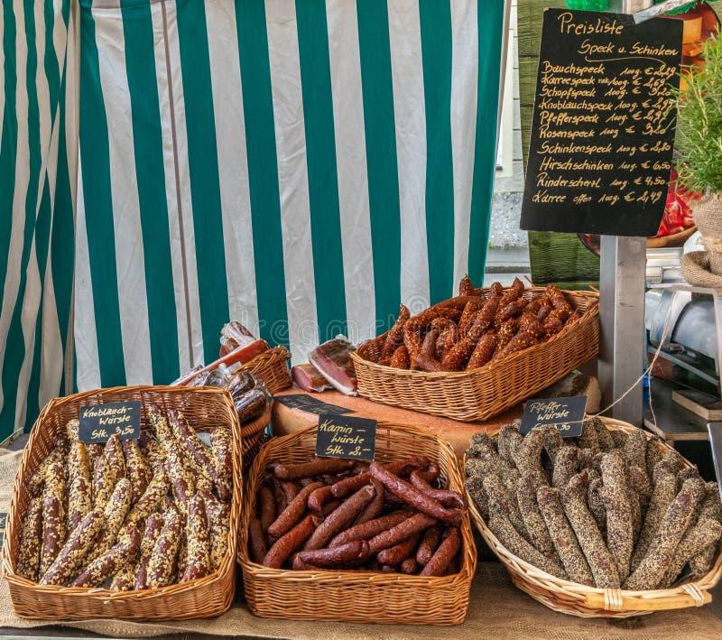 Имена типичных сосисок Austrain различные на немецком и цены на стойле рынка в Зальцбурге стоковые фотографии rf