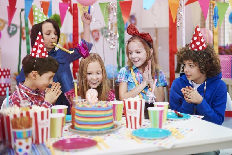 именниный пирог воздушных шаров афроамериканца красивейший празднует время партии дома удерживания девушки пола чашки шоколада пр стоковая фотография