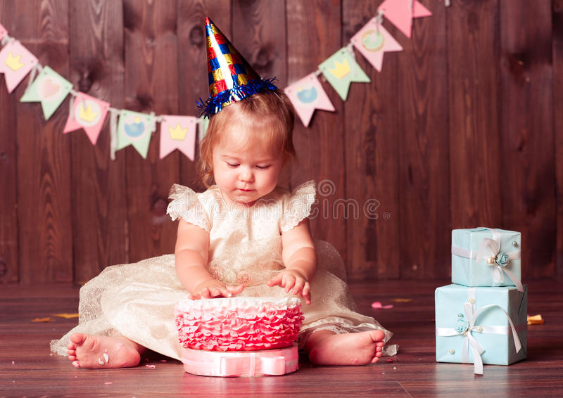 именниный пирог воздушных шаров афроамериканца красивейший празднует время партии дома удерживания девушки пола чашки шоколада пр стоковые изображения rf