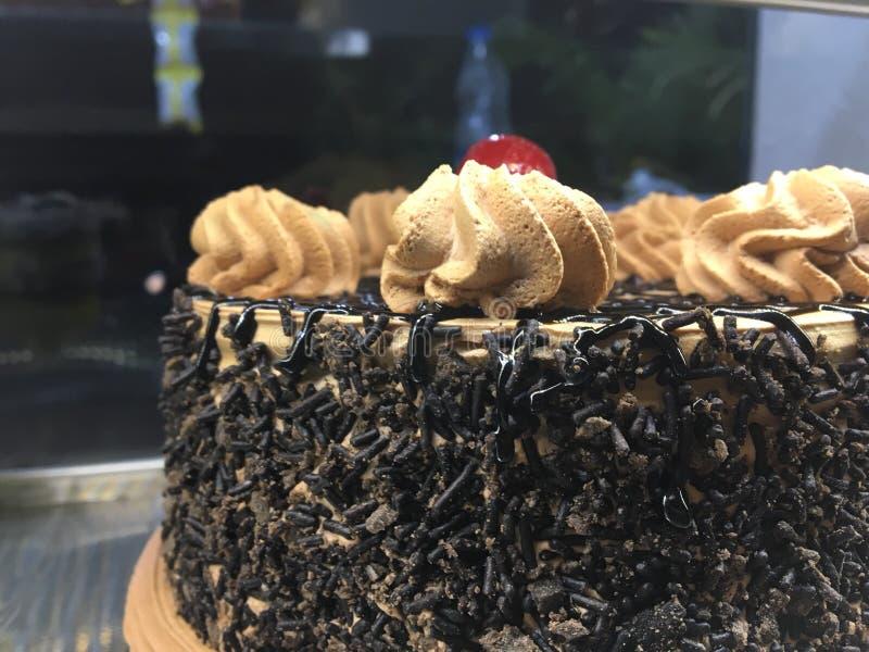 Именниный пирог в хлебопекарне стоковые изображения rf