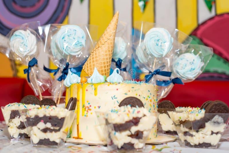 Именниный пирог и помадки для таблицы праздника стоковая фотография