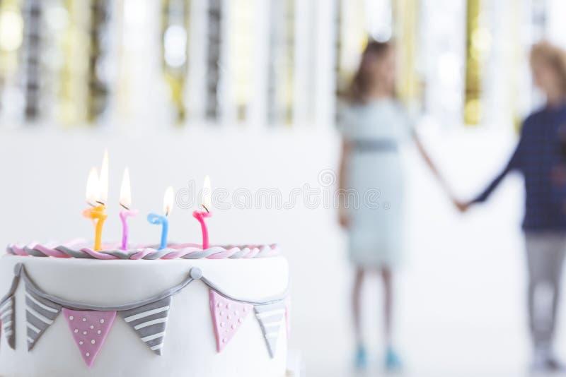 Именниный пирог ребенк с свечами стоковые фотографии rf