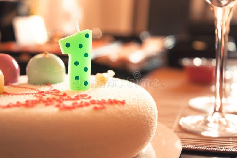 Именниный пирог с днем рождений для детей party украшенный с одной свечой и сладостными воздушными шарами в честь первой годовщин стоковое изображение rf