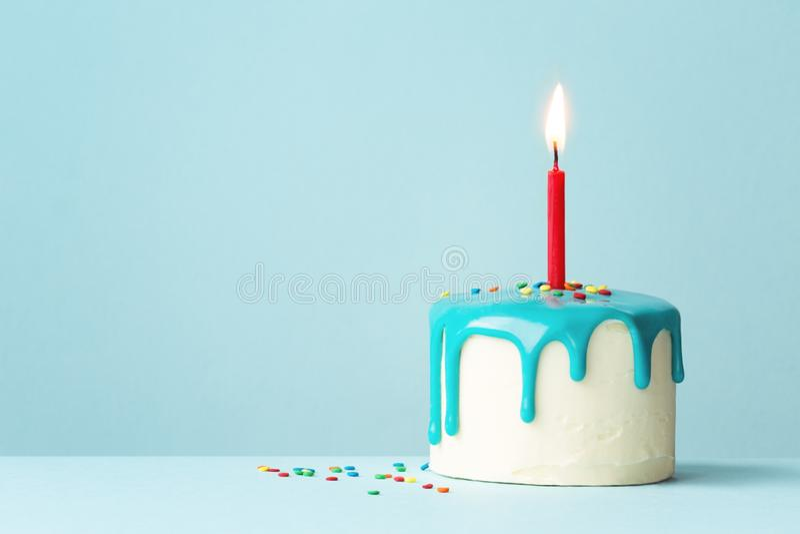 Именниный пирог с одной красной свечой стоковое изображение