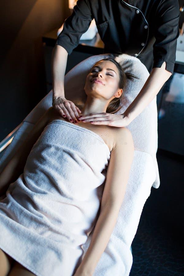 иметь детенышей женщины массажа стоковое изображение