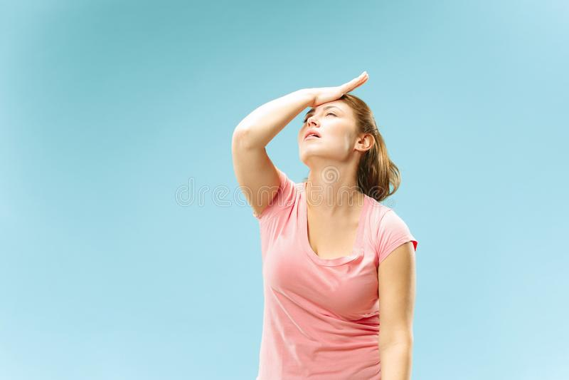 иметь женщину головной боли Изолированный над пастельной предпосылкой стоковая фотография rf