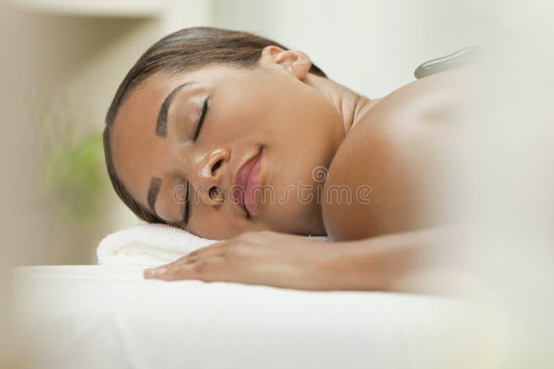 иметь женщину обработки горячего массажа ослабляя каменную стоковые изображения