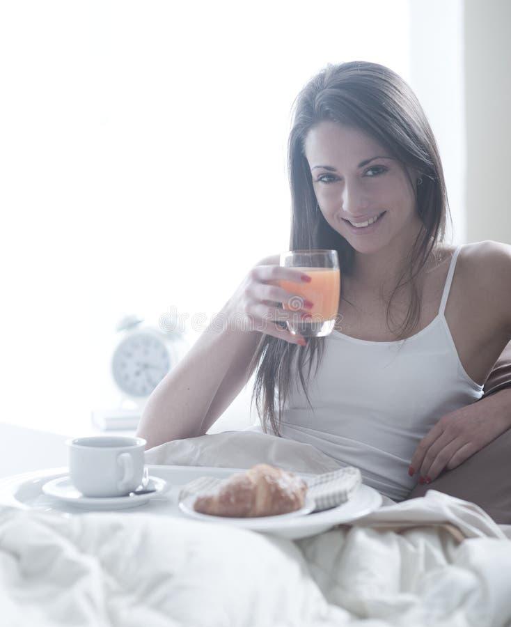 Иметь завтрак в кровати стоковые изображения