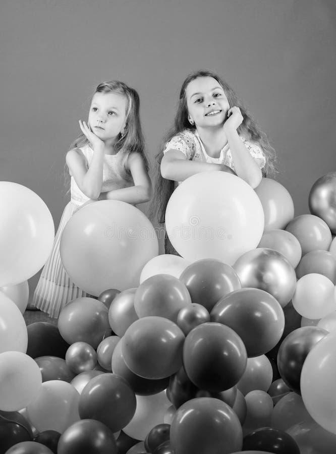 Иметь концепцию потехи День рождения воздушного шара Братья девушек маленькие около воздушных шаров o Счастье и стоковые фотографии rf