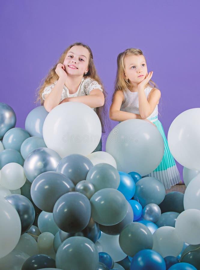 Иметь концепцию потехи День рождения воздушного шара Братья девушек маленькие около воздушных шаров o r стоковая фотография