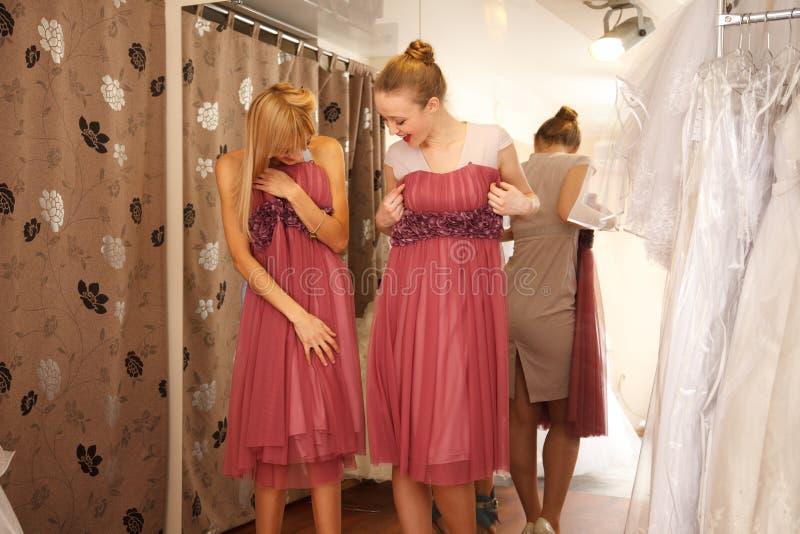 Иметь потеху в bridal бутике стоковое фото rf