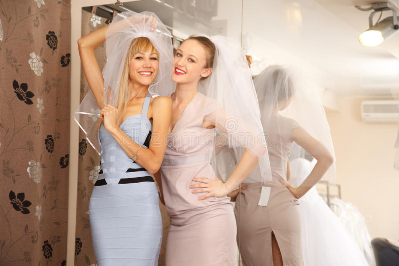 Иметь потеху в bridal бутике стоковое фото