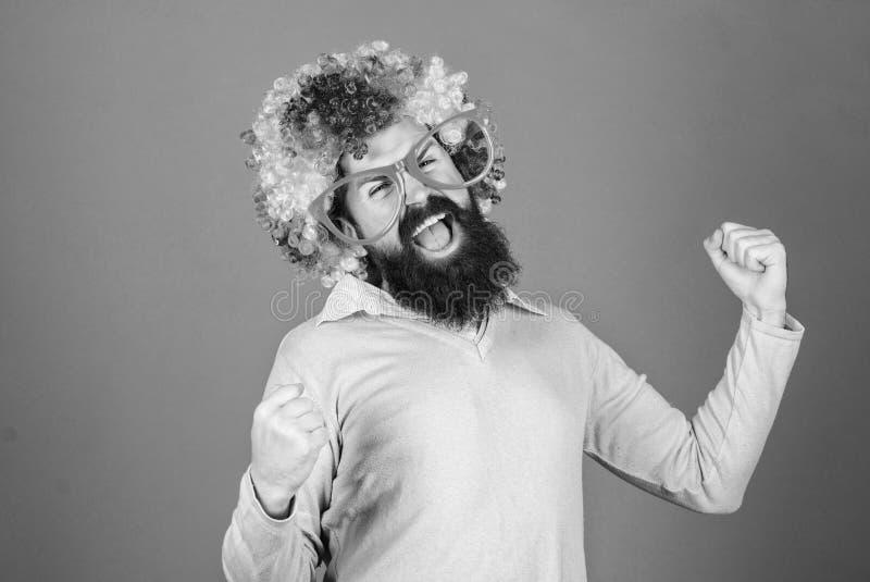 Иметь потеху Потеха праздника и концепция масленицы Парик бородатой носки человека красочный и смешные стекла на фиолетовой предп стоковые изображения rf