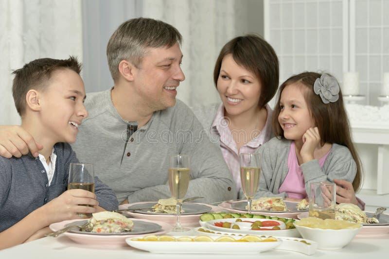 иметь семьи обеда счастливый стоковое изображение rf