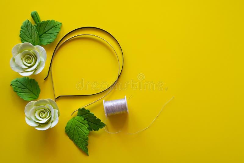 имеющийся вектор рамки архива предпосылки флористический Искусственные цветки - светлые - желтая роза с листьями, катышка потока, стоковые изображения rf