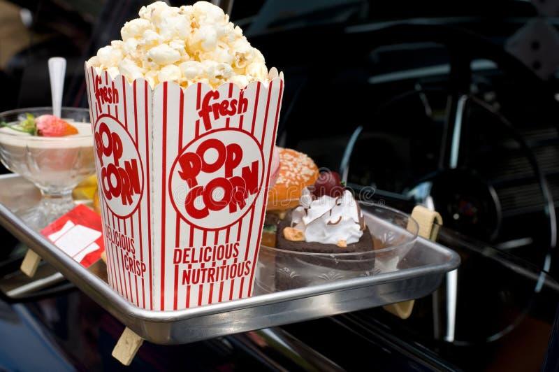 Имитация еды и попкорна в еде Привод-через с античный автомобиль стоковые изображения rf