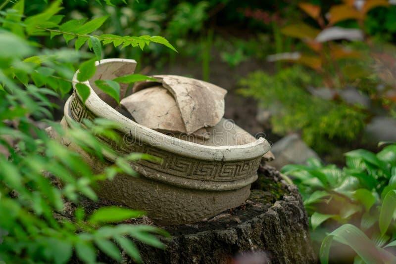 Имитация керамики древнегреческого в саде стоковая фотография rf