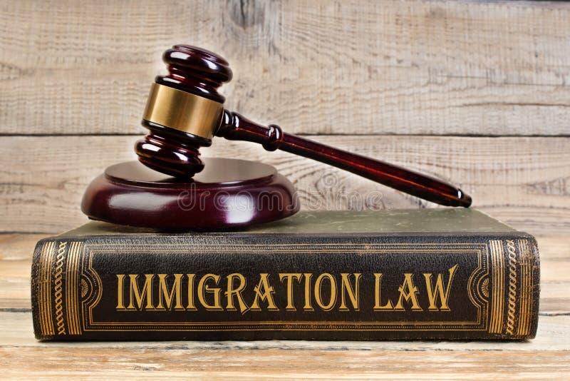 Иммиграционный закон Молоток судьи на книге на деревянном столе правосудие и концепция закона Трудовое право стоковые изображения