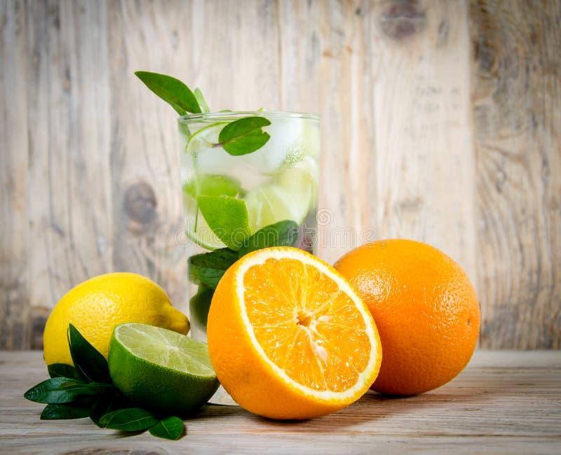 лимонад льда питья свежий Плодоовощ Оранжевые известка и gree лимона стоковые изображения rf