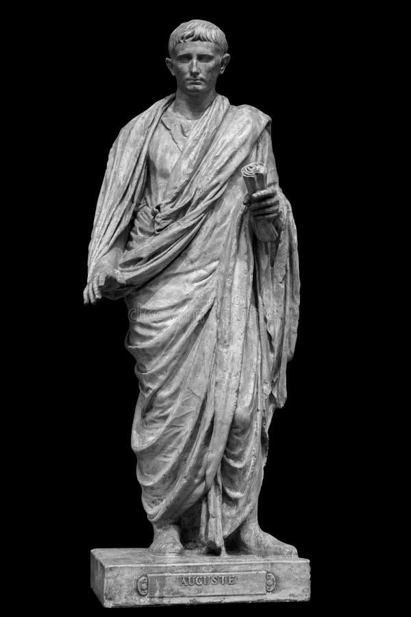 Император цезаря Octavianus Augustus римский приемный сын Жулиус Чаесар Изолированная статуя на черноте стоковые фотографии rf
