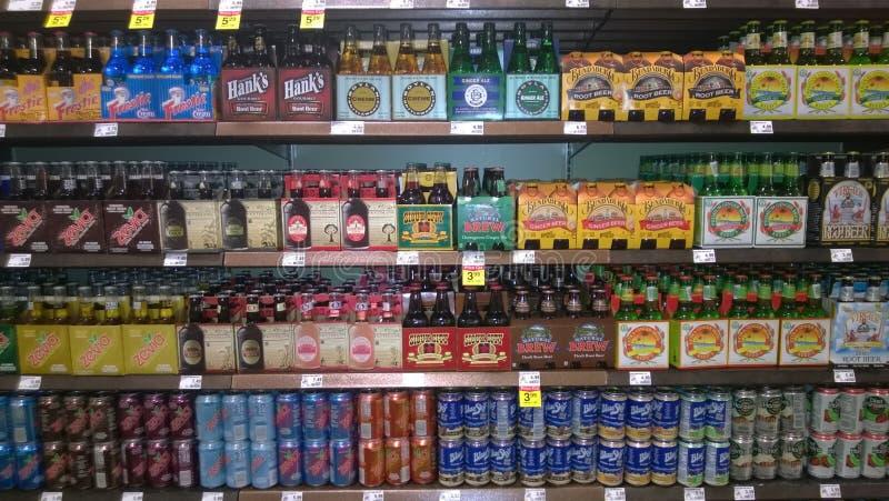 Импортированные пив продавая на супермаркете стоковые фотографии rf