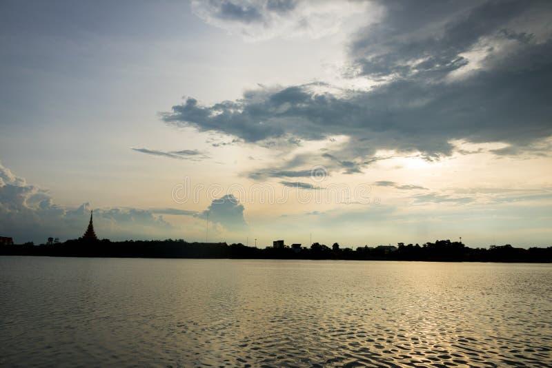 Имя виска силуэта тайское & x22; Wat Nong Wang& x22; располагает в Khonkaen, небе Таиланда красивом пока заход солнца стоковое фото rf
