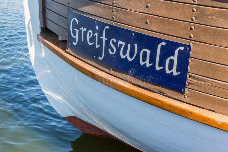 Имя города на деревянном корабле в гавани Greifswald стоковое фото