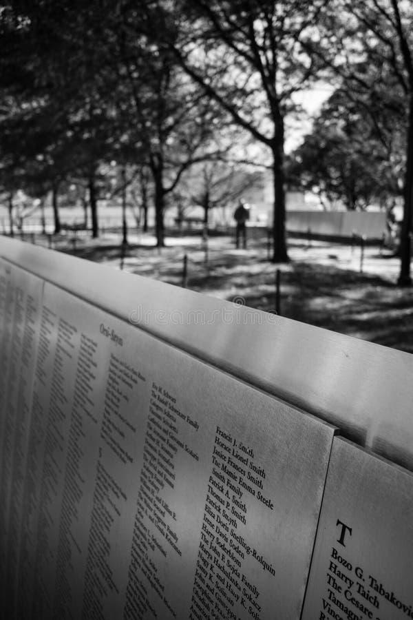 Имя иммигрантов на стальных панелях на черноте и whi острова Ellis стоковые изображения rf