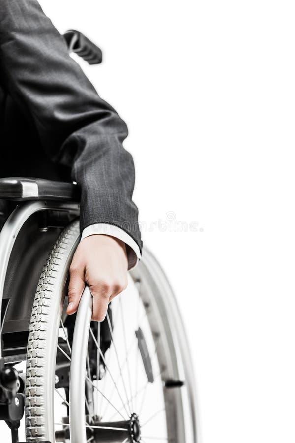 Инвалидный или неработающий бизнесмен в кресло-коляске черного костюма сидя стоковые фото