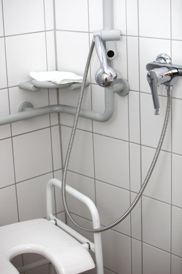 инвалиды поливают туалет стоковая фотография