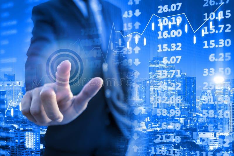 Инвестор касаясь электронной доске фондовой биржи стоковая фотография