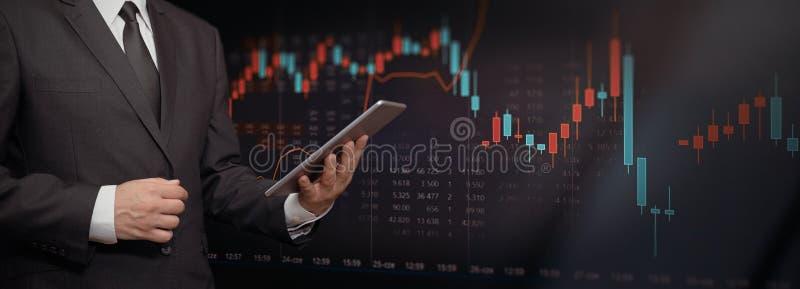 Инвестор с планшетом, предпосылкой фондовой биржи стоковые фото