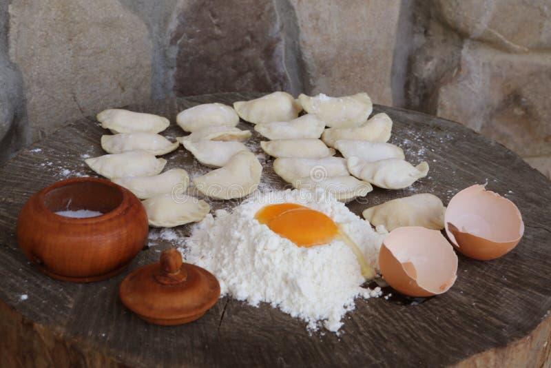 Ингредиенты для вареников с творогом Варить вареники стоковые фото