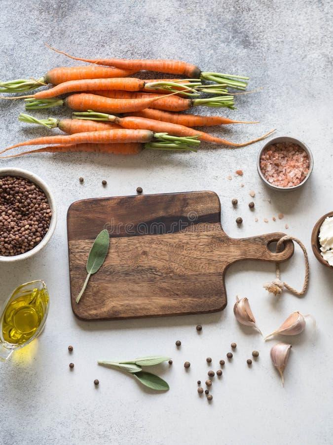 Ингредиенты для варить испеченные морковей Чечевицы, сыр, специи, травы и чеснок стоковые изображения