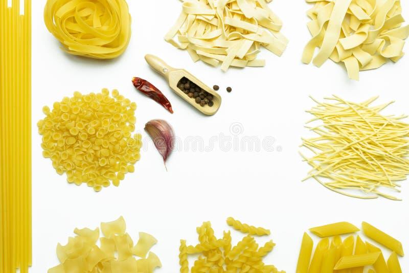 Ингредиенты для варить макаронные изделия на белой предпосылке Fettuccine, томаты, специи, мука и яйцо стоковые фотографии rf
